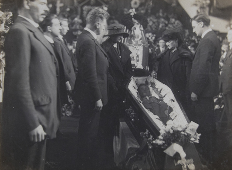 1955.3A-D7.2-Photo-Lying-In-State-City-Hall-Terence-MacSwiney-01