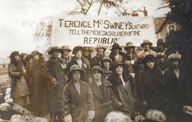 L1970.62-D2.5-Photo-Group-of-Cumann-Na-mBan-Terence-MacSwiney-Banner